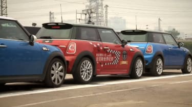 Chinese stunt driver Han Yue has smashed the world record for the tightest parallel parking.
