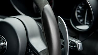 Alfa Romeo Giulia Quadrifoglio - Gear change paddle