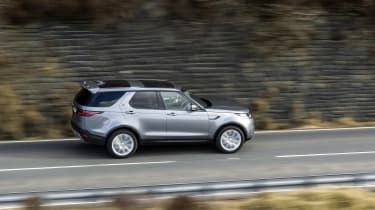 Land Rover Discovery 5 2021 - side pan