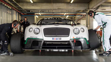 Bentley Continental GT3 front tyre change