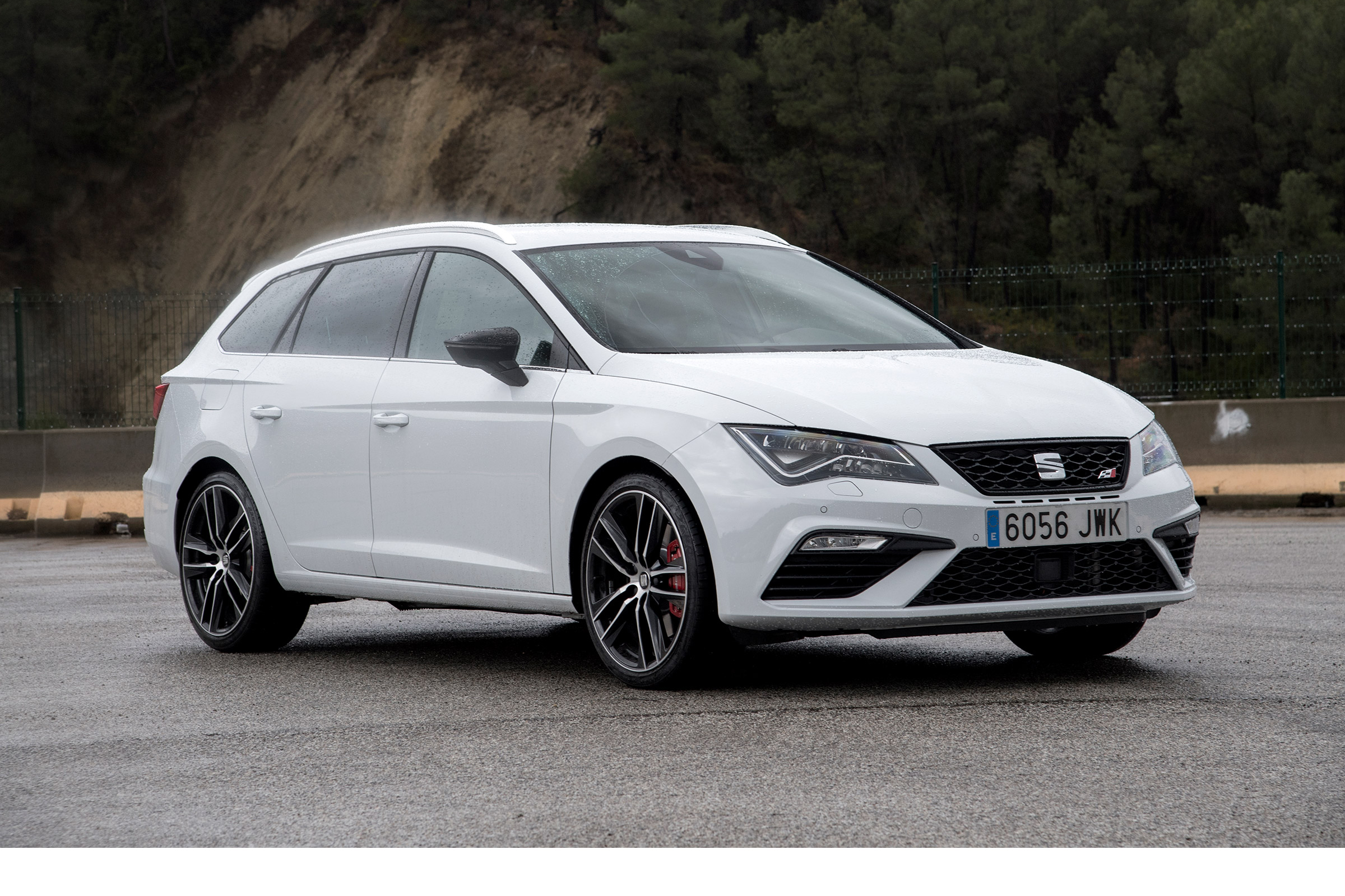 seat leon st cupra 300 4drive review hot estate offers big boot and four wheel drive evo. Black Bedroom Furniture Sets. Home Design Ideas