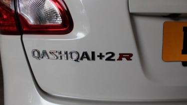 Nissan Qashqai+2 R badge