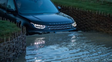 Land Rover Discovery - water
