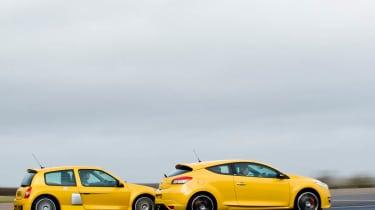 Renault Clio V6 v Renault Megane 250 Cup track battle video