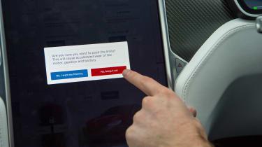 Tesla v R8 - screen
