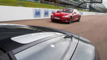 Tesla v R8 - deck
