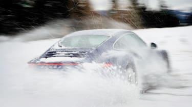 Porsche 911 Carrera 4S snow driift