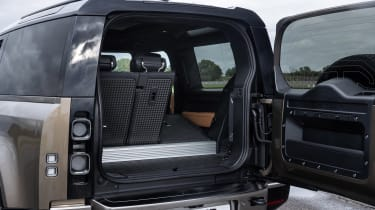 Land Rover Defender 90 P400 – tailgate