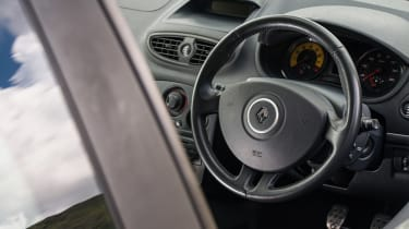 Peugeot 208 GTi by Peugeot Sport vs Renault Sport Clio 200 Cup - 200 interior
