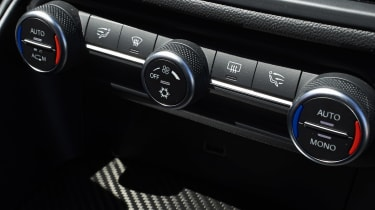 Alfa Romeo Giulia Quadrifoglio - Climate controls