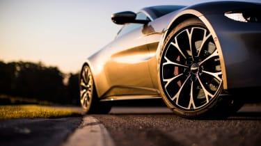 Aston Martin Vantage - silver tracking wheel