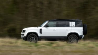 Land Rover Defender 110 P400 SE – tail
