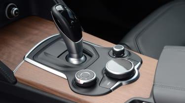 Alfa Romeo Stelvio - gear shift