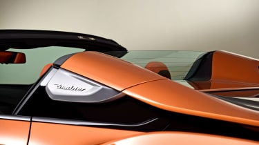 BMW i8 Roadster - buttress