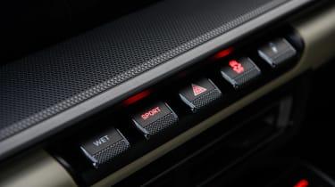 Porsche 911 Carrera vs Lotus Evora GT410 – buttons