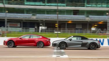 Tesla v R8 - profile