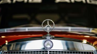 Mercedes-Benz 300 SEL 6.8 AMG 'Rote Sau' - Bonnet star