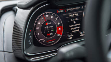 Tesla v R8 - dials