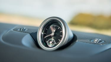 Maserati Levante - dash clock