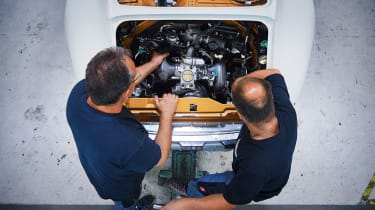 Porsche Classic Project Gold - Engine installation