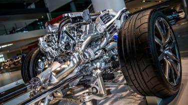 Nissan GT-R: cutaway suspension