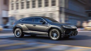 Lamborghini Urus – dynamic shot – side