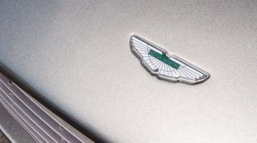 Aston Martin V8 Vantage – badge